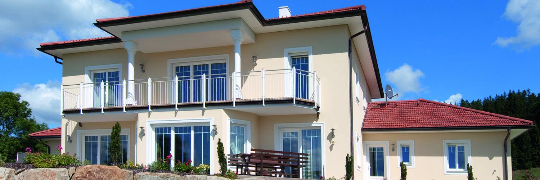 Haus mit weissen Fenstern